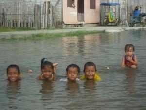 Überschwemmung-im-Ort-Kinder-Muisne-Praktikum-Freiwillige-Freiwilligendienst-HilfevorOrt-Ecuador-Strand