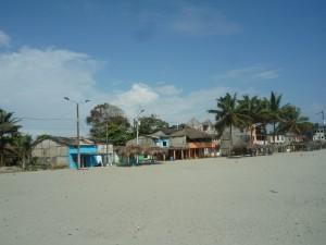 Blick-auf-Promenade-Muisne-Praktikum-Freiwillige-Freiwilligendienst-HilfevorOrt-Ecuador-Strand