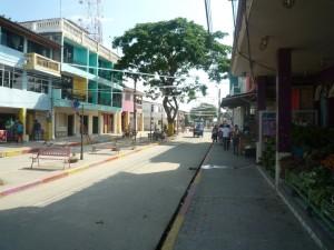 Hauptstraße-Muisne-Praktikum-Freiwillige-Freiwilligendienst-HilfevorOrt-Ecuador-Strand