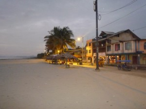 Strand-am-Abend-Muisne-Praktikum-Freiwillige-Freiwilligendienst-HilfevorOrt-Ecuador-Strand