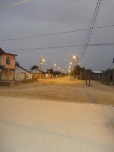Weg-zum-Dorf-am-Abend-Muisne-Praktikum-Freiwillige-Freiwilligendienst-HilfevorOrt-Ecuador-Strand
