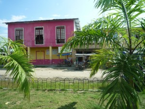 bunte-Haueser-Muisne-Praktikum-Freiwillige-Freiwilligendienst-HilfevorOrt-Ecuador-Strand