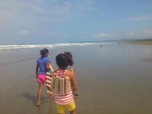 Bau-von-Schwimmwesten-Muisne-Praktikum-Freiwillige-Freiwilligendienst-HilfevorOrt-Ecuador-Strand