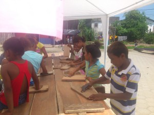 Ferienprogramm2014-Schwimmwesten-Muisne-Praktikum-Freiwillige-Freiwilligendienst-HilfevorOrt-Ecuador-Strand