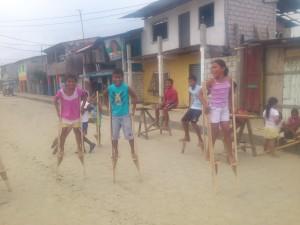 Ferienprogramm2014-Stelzen-Muisne-Praktikum-Freiwillige-Freiwilligendienst-HilfevorOrt-Ecuador-Strand