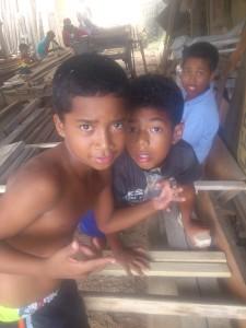 Freude-beim-bauen-Stelzen-Muisne-Praktikum-Freiwillige-Freiwilligendienst-HilfevorOrt-Ecuador-Strand