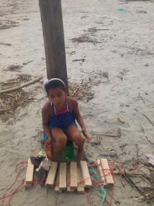 Kind-mit-Schwimmweste-Muisne-Praktikum-Freiwillige-Freiwilligendienst-HilfevorOrt-Ecuador-Strand