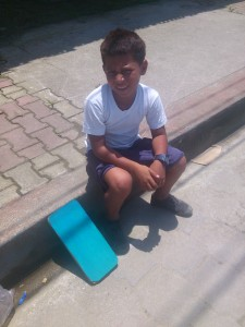 Kind-mit-fertigem-Schluesselbrett-Muisne-Praktikum-Freiwillige-Freiwilligendienst-HilfevorOrt-Ecuador-Strand