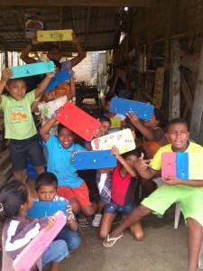 Kinder-mit-fertigen-Schluesselbrettern-Muisne-Praktikum-Freiwillige-Freiwilligendienst-HilfevorOrt-Ecuador-Strand