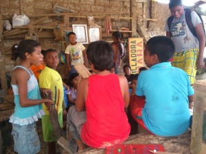 Pause-beim-bauen-Muisne-Praktikum-Freiwillige-Freiwilligendienst-HilfevorOrt-Ecuador-Strand
