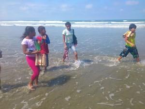 Schwimmkurs-Muisne-Praktikum-Freiwillige-Freiwilligendienst-HilfevorOrt-Ecuador-Strand