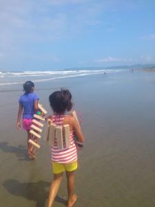 Strand-SchwimmkursI-Muisne-Praktikum-Freiwillige-Freiwilligendienst-HilfevorOrt-Ecuador-Strand