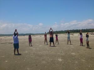 Uebungen-Schwimmkurs-Muisne-Praktikum-Freiwillige-Freiwilligendienst-HilfevorOrt-Ecuador-Strand