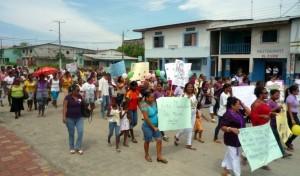 Umzug-Weltfrauentag-Muisne-Praktikum-Freiwillige-Freiwilligendienst-HilfevorOrt-Ecuador-Strand
