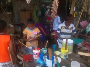 konzentriertes-arbeiten-Stelzen-Muisne-Praktikum-Freiwillige-Freiwilligendienst-HilfevorOrt-Ecuador-Strand