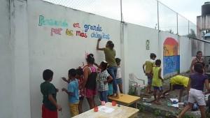 malen-mit-Botschaft-Muisne-Praktikum-Freiwillige-Freiwilligendienst-HilfevorOrt-Ecuador-Strand