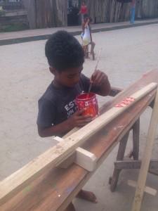 personalisieren-der-StelzenI-Muisne-Praktikum-Freiwillige-Freiwilligendienst-HilfevorOrt-Ecuador-Strand