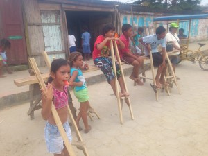 probieren-Stelzen-Muisne-Praktikum-Freiwillige-Freiwilligendienst-HilfevorOrt-Ecuador-Strand